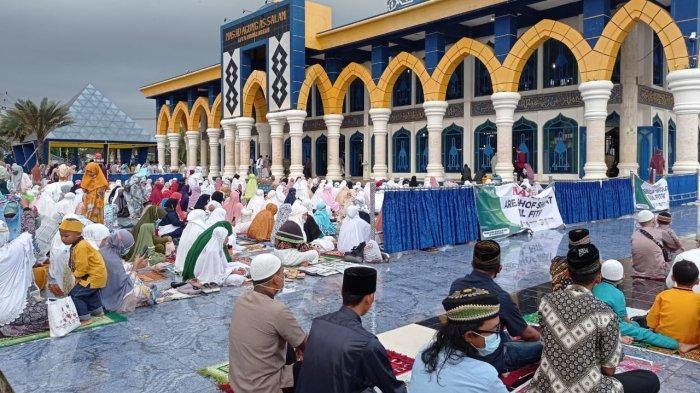 Warga Penuhi Masjid As-Salam Lubuklinggau, Salat Ied Berjamaah dengan Prokes Ketat