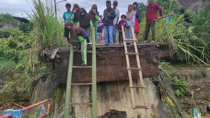 Perjuangan Guru & Murid di Empat Lawang, Meniti Jembatan Air Bayau yang Roboh Demi ke Sekolah