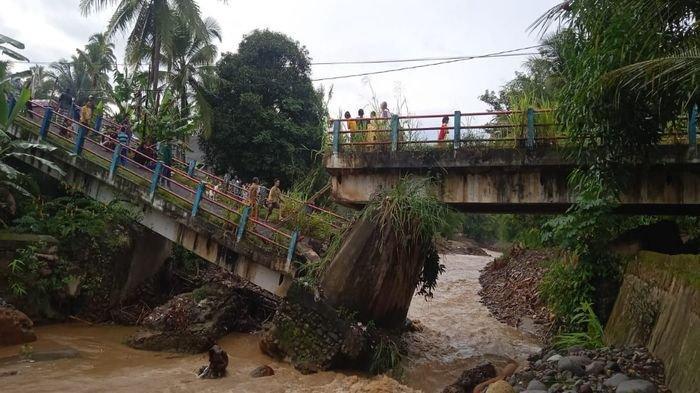 BREAKING NEWS : Jembatan Air Bayau di Empat Lawang Roboh, Dentuman Keras Warga Berhamburan