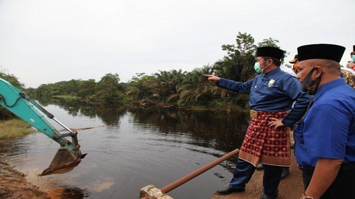 Herman Deru Tinjau Pembangunan Jembatan Air Kumbang