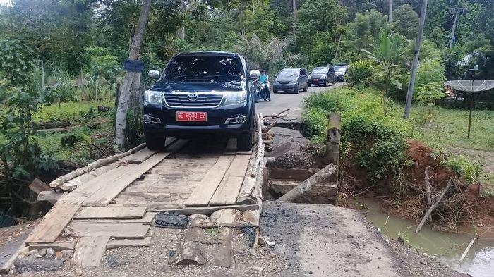 Jembatan Penghubung Dua Kecamatan di Kabupaten Lahat Ambruk, Pengendara Lewati Jembatan Darurat