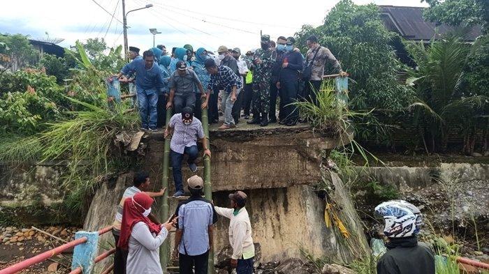 Sejumlah Pejabat di Empat Lawang Datang ke Jembatan Air Bayau Pasca Ambruk, Kapan Diperbaiki