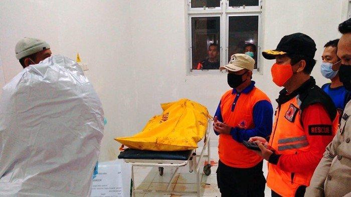 Warga Pastikan Mayat Laki-Laki di Sungai Saka Selabung OKU Selatan, Pakai Baju Kaos dan Bawa Parang