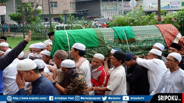 Diantar Ribuan Jemaah, Jenazah Almarhum Ustaz Taufik Hasnuri Tiba di Masjid Agung Palembang