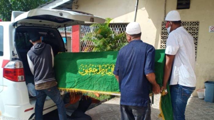 Jenazah Zainudin (27) warga Jalan KH Azhari, Kelurahan 9-10 Ulu, Kecamatan Seberang Ulu 1 Palembang diambil keluarganya dari RS Bhayangkara Palembang, Selasa (27/10/2020). Almarhum yang diketahui memiliki riwayat penyakit gangguan jiwa tewas setelah terjun dari Jembatan Ampera pada Senin (26/10/2020).