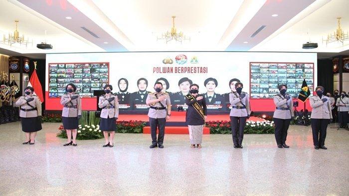 Kapolri Jenderal Listyo Sigit Prabowo dan Ibu Asuh Polwan RI Julianti Sigit Prabowo berfoto bersama Polwan Indonesia yang berprestasi, dalam hari jadi ke-73 Polwan RI, Rabu (1/9/2021) kemarin.