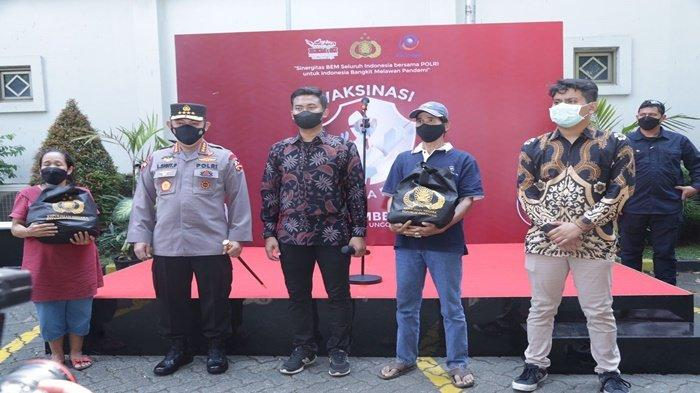 Kapolri Jenderal Listyo Sigit Prabowo, Badan Eksekutif Mahasiswa Seluruh Indonesia (BEM SI) di Universitas Esa Unggul, dan perwakilan warga yang sudah divaksin berfoto bersama, Jakarta Barat, Rabu (1/9/2021).