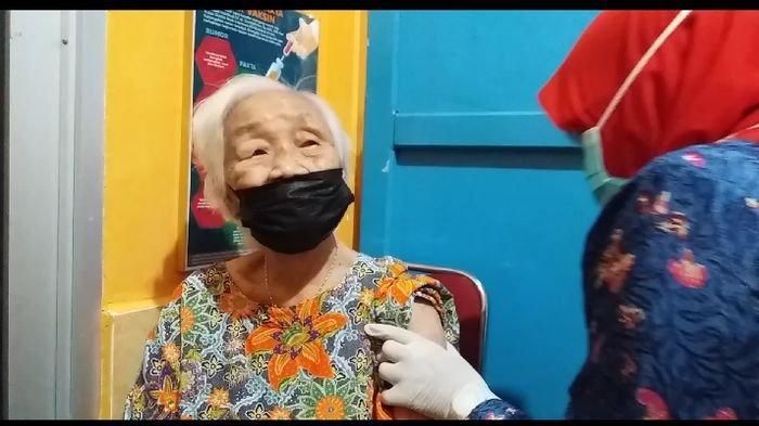 Nenek 94 Tahun Divaksin Covid-19 di Puskesmas Merdeka Palembang, Joai  : Saya Sehat Semua Dimakan