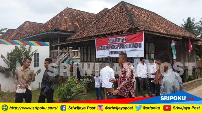 Warga Desa Pangkalan Gelebak Padati Pinggir Jalan Menunggu Kedatangan Presiden Jokowi