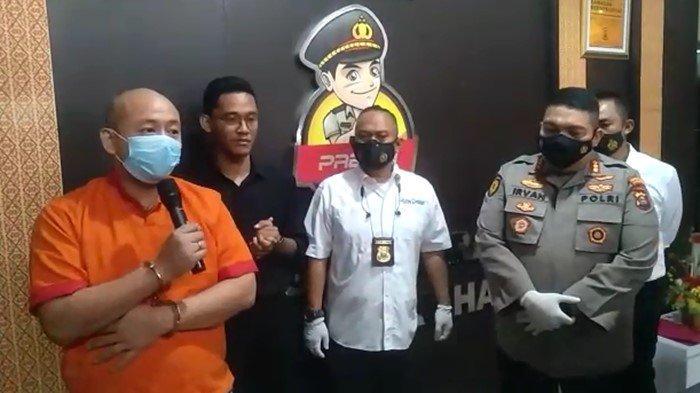 Tersangka penganiayaan perawat RS Siloam Palembang, JT (Rompi Oranye) saat memberikan permintaan maaf kepada publik, dalam rilis yang dipimpin langsung oleh Kapolrestabes Palembang, Kombes Pol Irvan Prawira, Sabtu (17/4/2021).