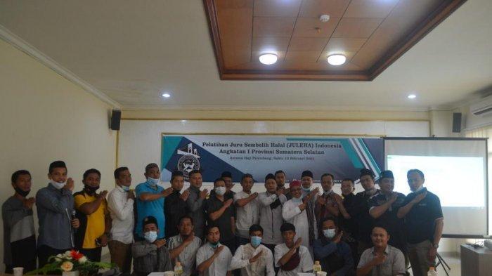 FOTO BERSAMA - Pembina Juleha Sumsel Ustadz Kemas Muhammad Ali foto bersama dengan peserta Pelatihan Anggota Juru Sembelih Halal (Juleha) Angkatan I di Asrama Haji Palembang, Sabtu (13/2). (SRIPOKU.COM/IST)