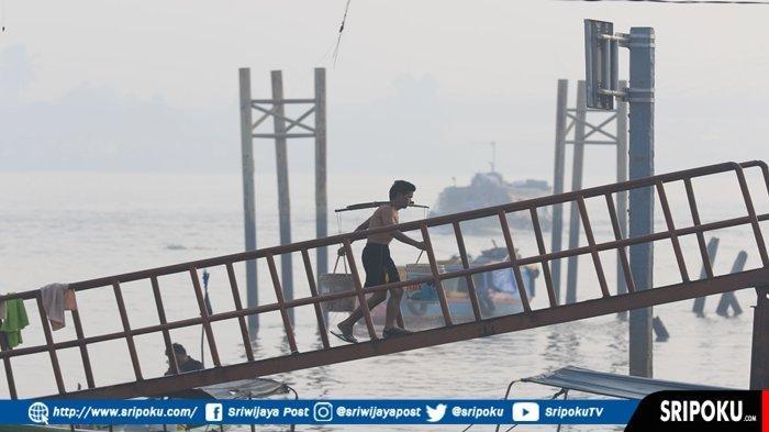 BERITA FOTO : Kabut Asap Makin Tebal Selimuti Kota Palembang