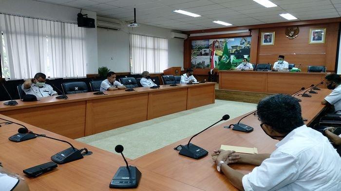 Plt Bupati Muaraenim Juarsyah Tegaskan tidak akan Menerima Pengunduran Diri Kades Pinang Banjar