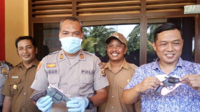Lewat Kades, Warga di Mariana Kecamatan Banyuasin Serahkan Senpi Miliknya