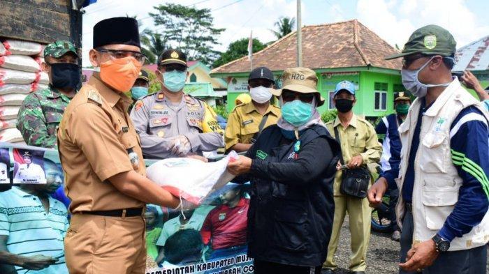 Wabup Musirawas Hj Suwarti Serahkan Bantuan di Megang Sakti, Sekda EC Priskodesi di Muara Kelingi