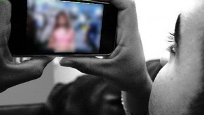 Shocknya Seorang Ayah Menoton Pemeran Wanita di Video Syur Adalah Putrinya Sendiri
