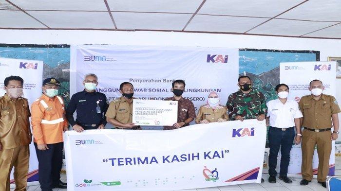 300 Paket Sembako dari KAI Divre III Palembang untuk Warga Merapi Lahat