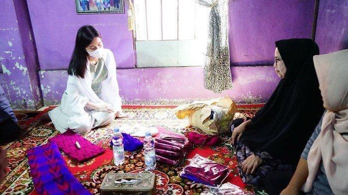 Ketua Tim Penggerak Pemberdayaan Kesejahteraan Keluarga (TP PKK) Ogan Ilir, Siti Khadijah Mikhailia Khairunisa Alamsjah mengunjungi sentra kerajinan kain tenun gebeng di Limbang Jaya, beberapa waktu lalu.