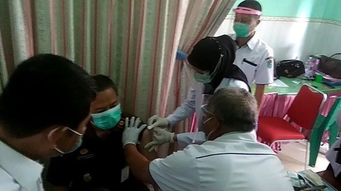Kepala Kejaksaan Negeri (Kejari) Ogan Ilir, Adi Tyogunawan saat disuntik vaksin di Puskesmas Timbangan, Indralaya.