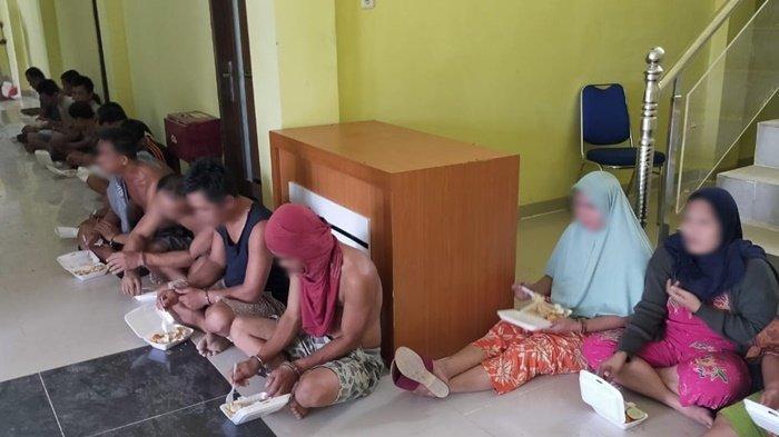 Polisi mengamankan 18 orang dalam penggerebekan besar-besaran di Desa Surulangun, Kecamatan Rawas Ulu, Kabupaten Musi Rawas Utara (Muratara), Sabtu (12/6/2021), sekira pukul 05.00 WIB.  (SRIPOKU.COM / Rahmat Aizullah)