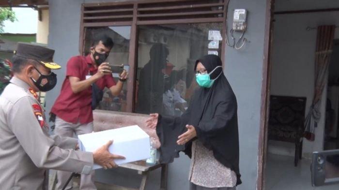 Kapolda Sumsel Irjen Pol Eko Indra Heri Door to Door Beri Bantuan Warga Positif Covid-19 yang Isoman