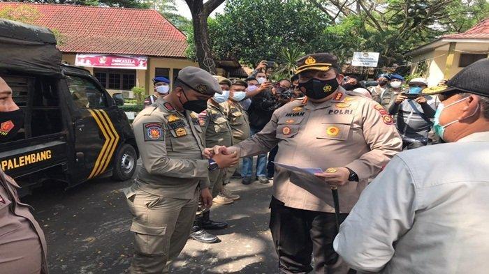 Kapolda Sumsel memberikan Reward Kepada Tiga Anggota Satpol PP kota Palembang