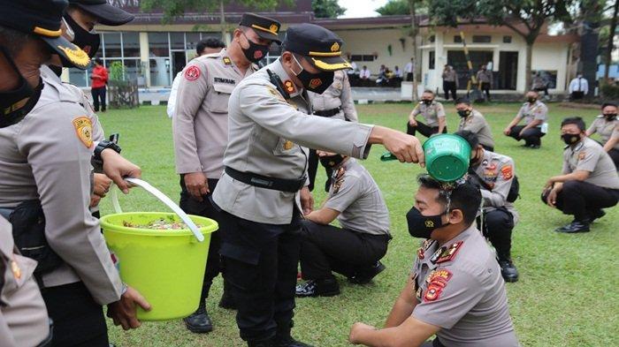 46 Personil Polisi Naik Pangkat Satu Tingkat Lebih Tinggi, Personil Mandi Kembang