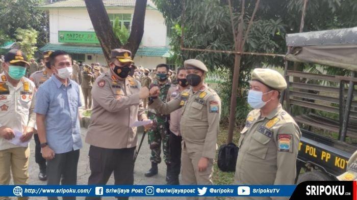 Kapolda Sumsel Beri Reward 3 Personel Satpol PP Palembang yangBantu Selamatkan Anggota Satlantas