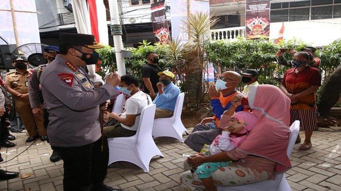 Kapolri Jenderal Listyo Sigit Prabowo sebelum memberikan bantuan sosial, sempat berkomunikasi dengan ibu rumah tangga (IRT), Selasa (31/8/2021).