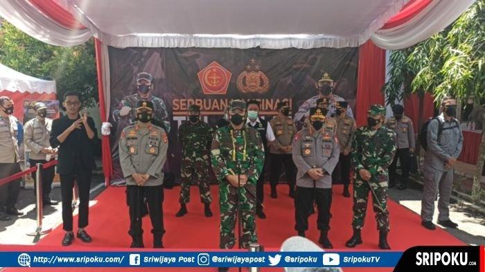 Kapolri Jenderal Polisi Listyo Sigit Prabowo bersama Panglima TNI Marsekal TNI Hadi Tjahjanto dan Gubernur Sumsel H Herman Deru seusai meninjau langsung vaksinasi tahap dua di Kompleks Pakri Palembang, Kamis (4/3/2021).