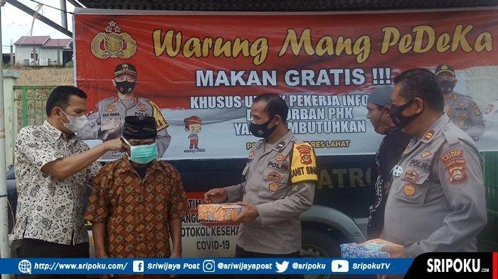 Bripka Hendi Gunarso Jadi Khotib Jumat, Kapolsek Lahat Bagi-bagi Masker dan Nasi Kotak ke Jemaah