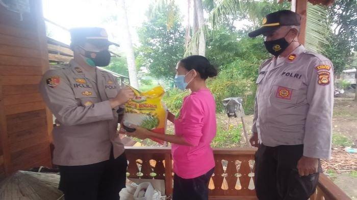 Polsek Pemulutan Sebar 233 Paket Bansos kepada Warga Terdampak Covid-19 di Tiga Kecamatan