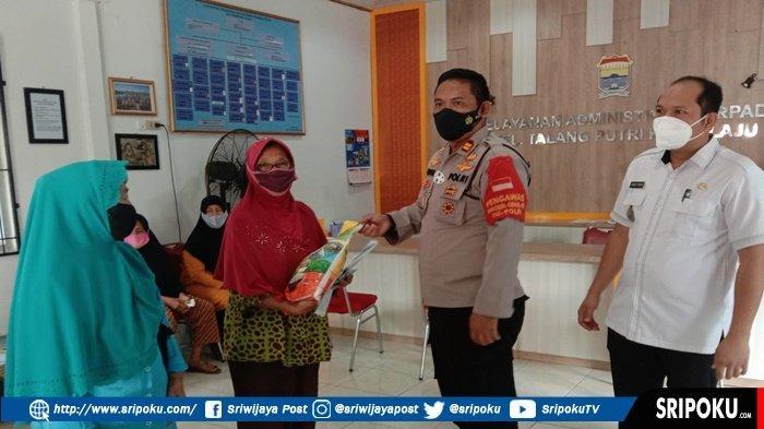 IPTU Novel Siswandi Kuriniawan Bagikan Beras ke Warga tak Mampu di Plaju, 'Terimakasih pak Kapolsek'