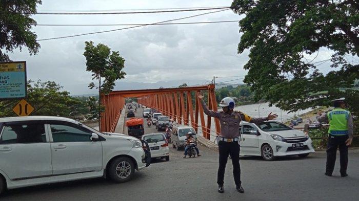 Ribuan Warga Lahat Serbu Lokasi Wisata, Kasat Lantas AKP Rio Turun ke Jalan Atur Arus Kendaraan