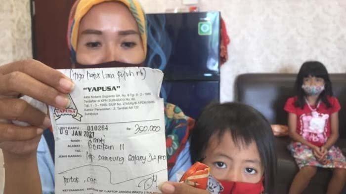 Santi Marisa, warga Pacar Keling, Kecamatan Tambaksari, bersama anaknya menangis di Fraksi PDIP DPRD mengadukan kondisinya yang menggadaikan apa saja, termasuk KTP demi bisa makan, Senin (15/2/2021).