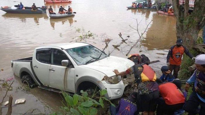TERINJAK Pedal Gas, Mobil Nyungsep, Terkubur di Sungai: Jenazah Sopir Ditemukan 15 Kilometer