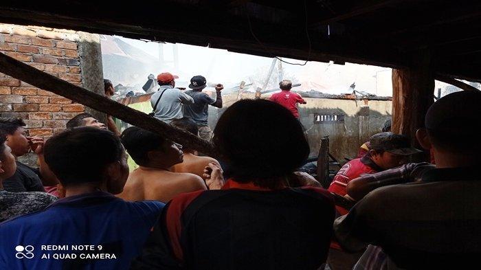 BREAKING NEWS: Kebakaran di Ogan Ilir, 6 Rumah di Tanjung Batu Ludes, Warga Ngungsi ke Padang Rumput