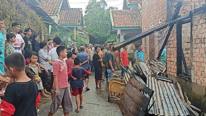 Warga yang menyaksikan kebakaran di Jalan Naskah 2, Kelurahan Sukarami, Kecamatan Sukarami Palembang, Senin (12/4/2021) siang yang menghanguskan satu unit rumah milik Bambang, penjual gado-gado di Palembang.