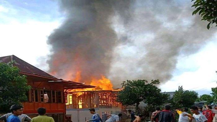 Diwarnai Mobil Pemadam Kebakaran Terbalik, Kebakaran di Desa Rantau Kasai Padam, 11 Rumah Terbakar