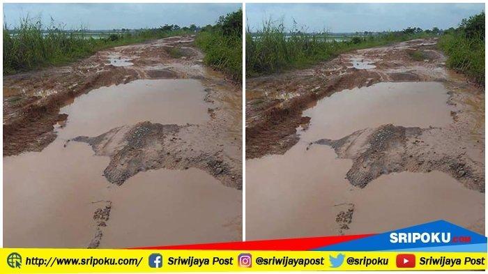 Akses Jalan Menuju Pemulutan Selatan Ogan Ilir Berlumpur hingga Kedalaman Capai 20 Cm