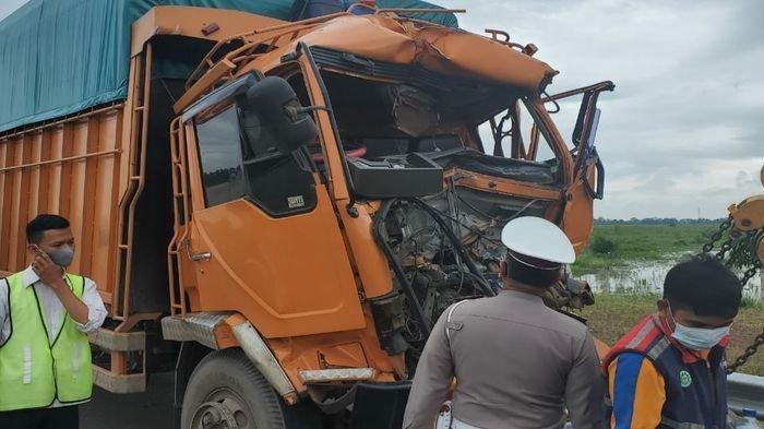 Kecelakaan Dini Hari Tadi di Tol Kayuagung, Truk Hantam Truk, Kernet Meninggal Terjepit