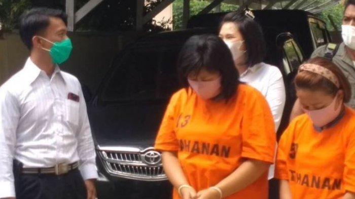 Kedua tersangka dibawa dari ruang tahanan sebelum digelar Konferensi Pers, di Asrama Polisi Polres Simalungun, Senin (31/5/2021).