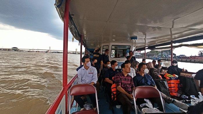 Kegiatan HIPMI Pariwisata saat melintasi dan mempelajari sejarah dari perairan Sungai Musi.