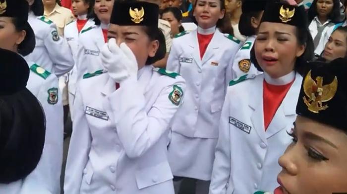 Ekspresi Kesedihan Mendalam Paskibra yang Sempat Gagal Naikkan Bendera, Lihat Foto-fotonya - kehebohan-anggota-paskibra_20160817_211910.jpg