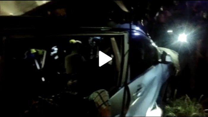 MOBIL Avanza Nyaris Masuk Kolong Bus, 8 Penumpang Kehilangan Nyawa