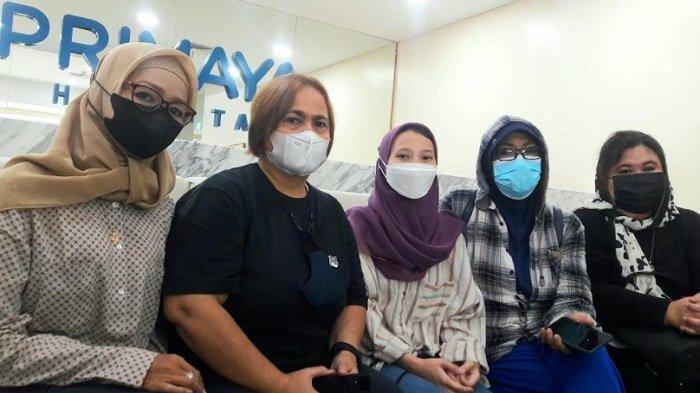 Keluarga Dorce Gamalama ketika ditemui di RS Primaya Bekasi, Jumat (8/10/2021).