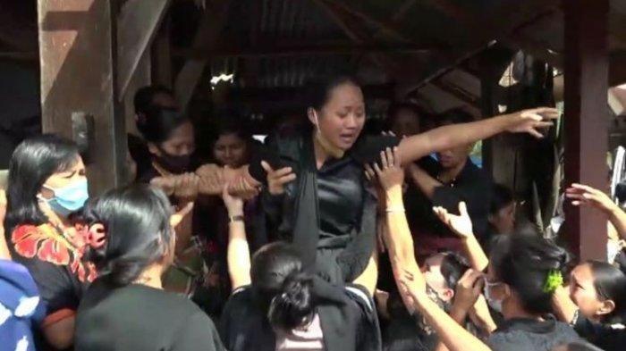 Istri Guru yang Ditembak Mati KKB Sembunyi di Kamar Mandi 5 Jam, Nangis Suami Terkapar: Papa Bangun