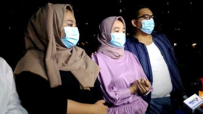 Keluarga Ririe Fairus, istri Ayus Sabyan, saat ditemui di kawasan Rawasari, Jakarta Pusat, Rabu (17/2/2021). Jawab rumor Nissa Sabyan jadi pelakor, keluarga Ririe Fairus klarifikasi.
