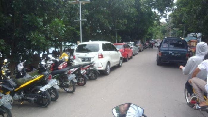 Kendaraan antre di pintu masuk Jakabaring Sport City Palembang, Jumat (01/01/2021).