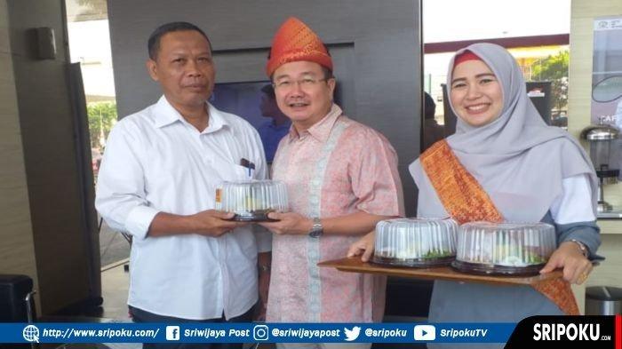 Kacab Auto2000 Plaju Palembang, Handy Soesanto, Berikan Customer Nasi Tumpeng di Harpelnas